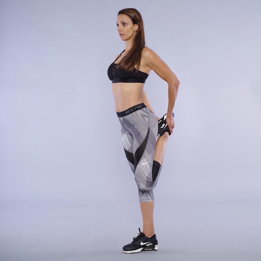 Stretching na kvadritsepsa ot stoej
